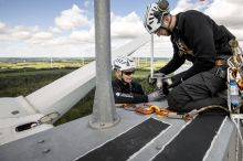 Deutsche Windtechnik service technicians install a ADLS BOX. (Photo: Deutsche Windtechnik)